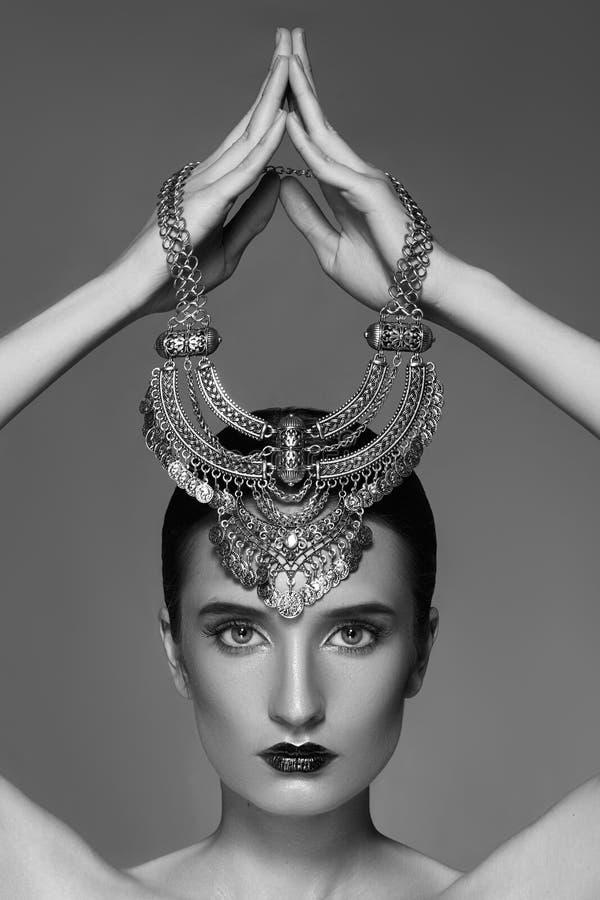 Sch?nheit mit silberner Halskette in der Hand oben Retro- Art und Weiseart Schmuck-Luxus-Zubeh?r Rebecca 6 lizenzfreies stockfoto