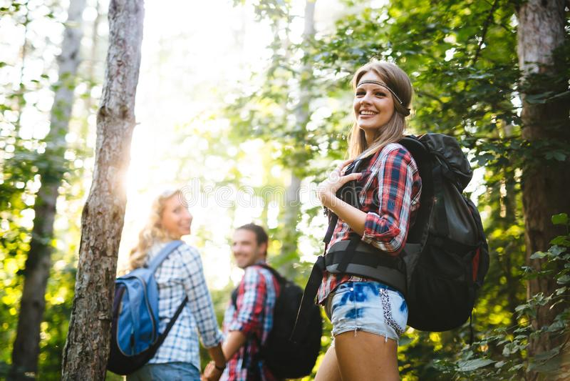 Sch?nheit und Freunde, die im Wald wandern lizenzfreies stockfoto