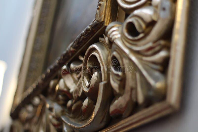 Sch?nheit und Geschichte Leeres Goldaufw?ndiger Bilderrahmen lizenzfreie stockfotografie