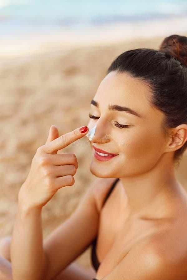 Sch?nheits-Gesichts-Portr?t-Sch?nheits-Hautpflege-Konzept suncream Sonnenschutzmittel-Schönheit, die auf schönem auf Gesicht zutr lizenzfreie stockbilder