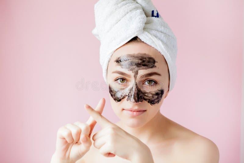 Sch?nheits-kosmetische Schale Nahaufnahme-sch?ne junge Frau mit Schwarzem ziehen weg Maske auf Haut ab Nahaufnahme der attraktive lizenzfreie stockbilder