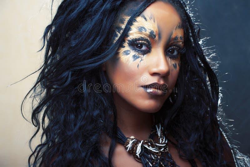 Sch?nheitsafrom?dchen mit Katze bilden, kreative Leoparddrucknahaufnahme, Modeart-Halloween-Blick lizenzfreie stockfotografie
