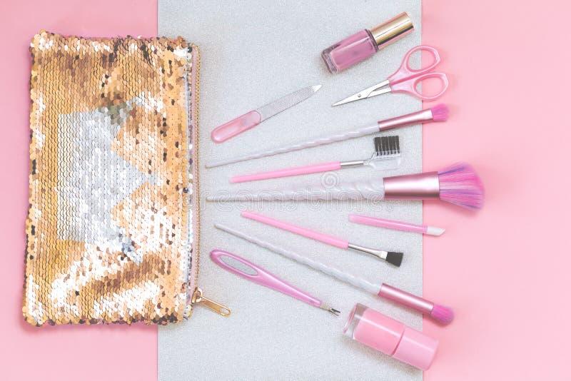 Sch?nheitseinhorn-Make-upb?rsten auf silbernem Rosa lizenzfreies stockfoto