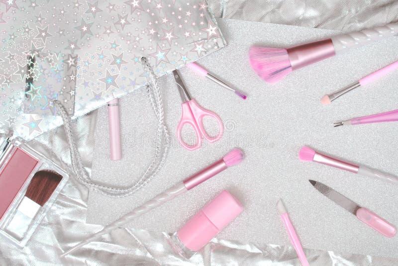 Sch?nheitseinhorn-Make-upb?rsten auf silbernem Rosa lizenzfreies stockbild
