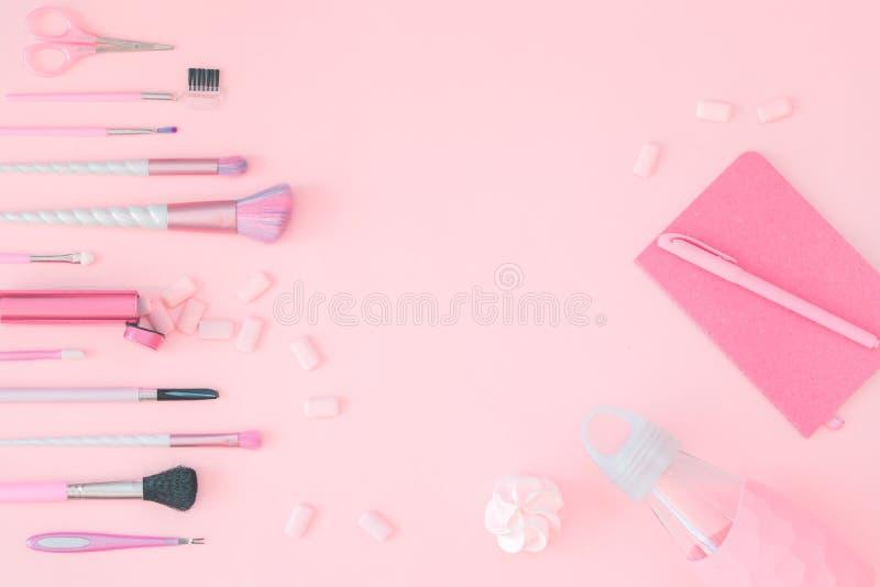 Sch?nheitseinhorn-Make-upb?rsten mit rosa Geschenk stockfotos