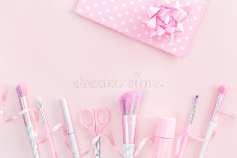 Sch?nheitseinhorn-Make-upb?rsten mit rosa Geschenk lizenzfreie stockbilder