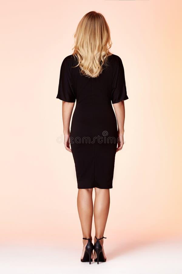 Sch?nheitsfrauenmodell tragen zuf?llige formale B?roart stilvolles der Entwurfstendenzkleidungs schwarzes d?nnes Kleiderf?r Arbei lizenzfreie stockfotos