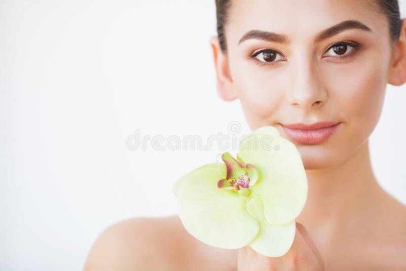 Sch?nheitsgesichtssorgfalt Frau mit Sahne auf Gesichtshaut lizenzfreie stockbilder