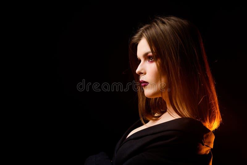 Sch?nheitsmode Skincare und Make-up Volumenhaar Friseursalon Beste Frisur M?dchen getrennt auf Schwarzem Reizvolle Frau lizenzfreies stockbild