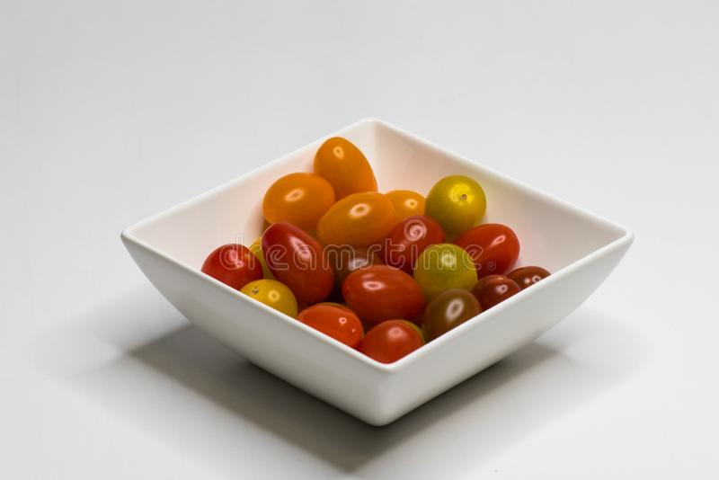 Sch?ssel mit Cherry Tomato Getrennt stockbilder