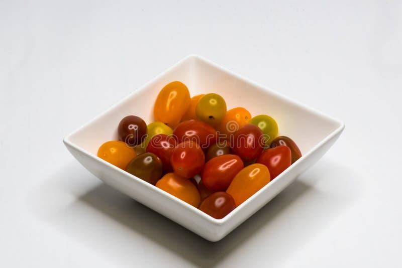 Sch?ssel mit Cherry Tomato Getrennt lizenzfreie stockfotos