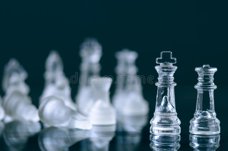 Schaak bedrijfsconcept overwinning Schaakcijfers in een bezinning van schaakbord spel De concurrentie en intelligentieconcept royalty-vrije stock afbeelding