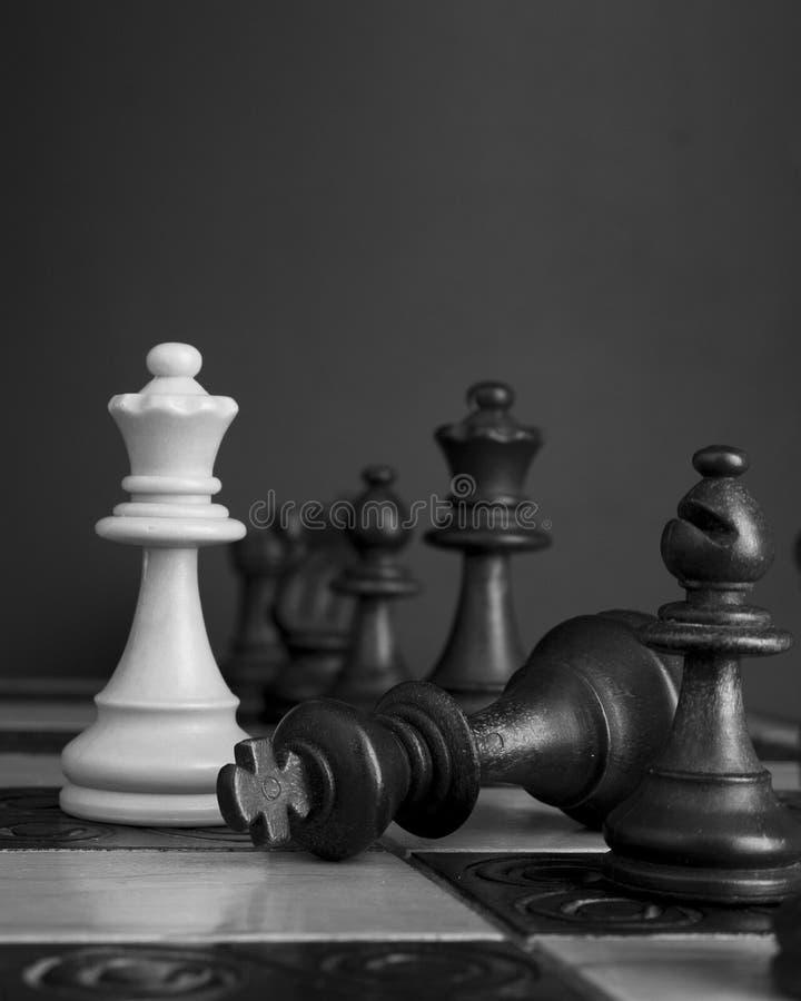 Download Schaak op een schaakbord stock afbeelding. Afbeelding bestaande uit aanval - 107700903