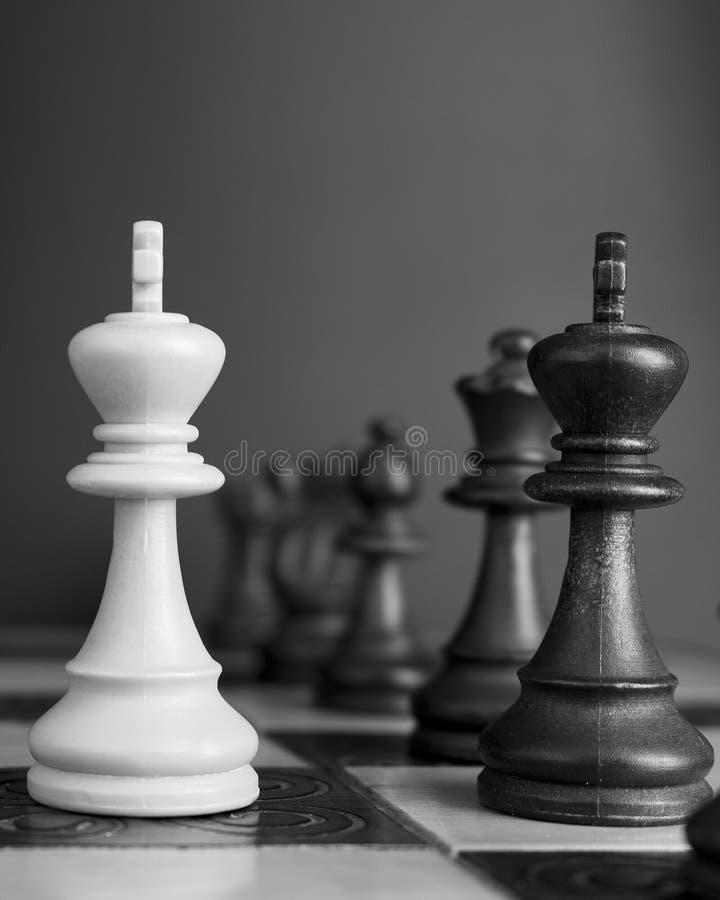 Download Schaak op een schaakbord stock foto. Afbeelding bestaande uit competition - 107700908