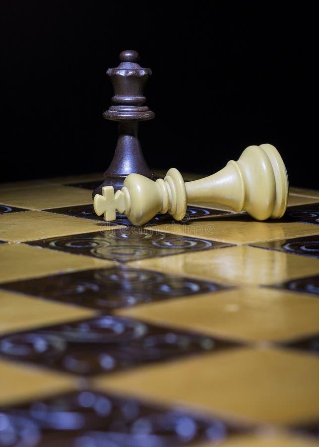 Download Schaak op een schaakbord stock afbeelding. Afbeelding bestaande uit onverschrokkenheid - 107700993