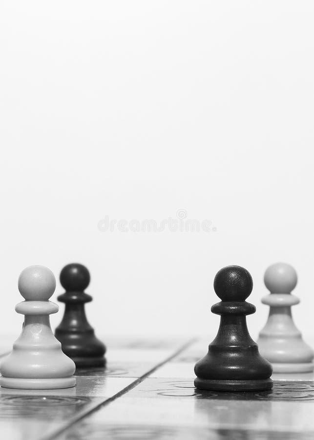 Download Schaak op een schaakbord stock foto. Afbeelding bestaande uit koning - 107701046