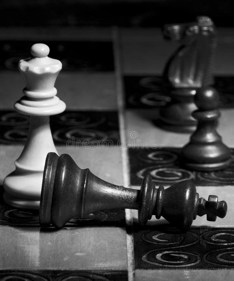 Download Schaak op een schaakbord stock afbeelding. Afbeelding bestaande uit uitdaging - 107701111