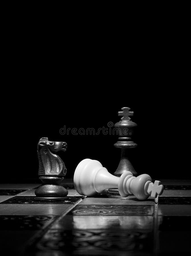 Download Schaak op een schaakbord stock afbeelding. Afbeelding bestaande uit blur - 107701153
