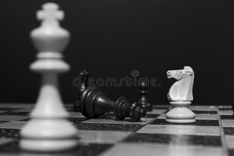Download Schaak op een schaakbord stock afbeelding. Afbeelding bestaande uit schaak - 107701155