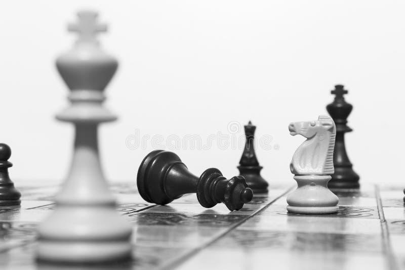Download Schaak op een schaakbord stock afbeelding. Afbeelding bestaande uit vierkanten - 107701173