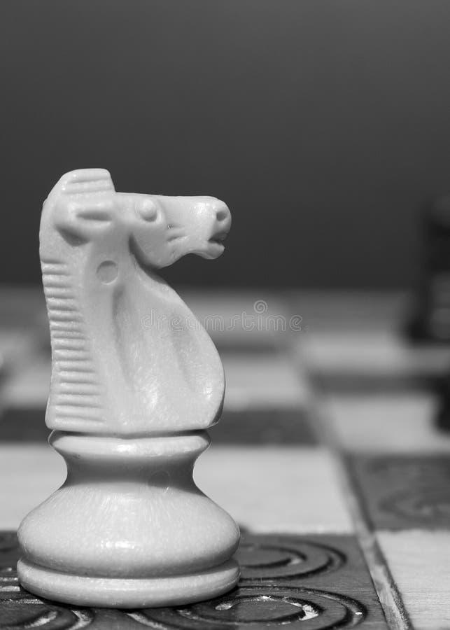 Download Schaak op een schaakbord stock foto. Afbeelding bestaande uit schaak - 107701352