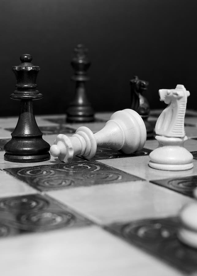 Download Schaak op een schaakbord stock afbeelding. Afbeelding bestaande uit bischop - 107701429