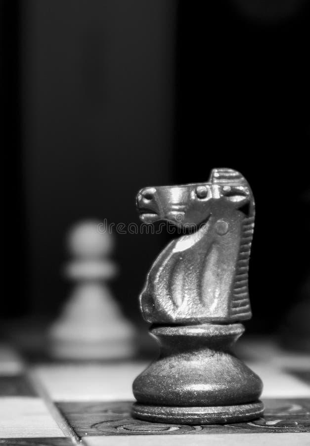 Download Schaak op een schaakbord stock foto. Afbeelding bestaande uit beweging - 107701438