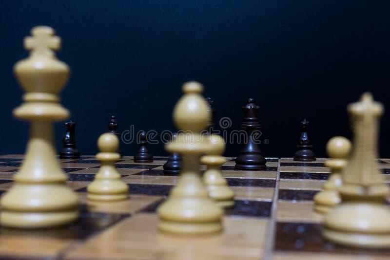 Schaak op een schaakbord stock afbeeldingen