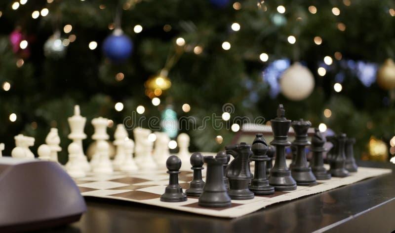 Schaak tegen een Kerstboom stock foto