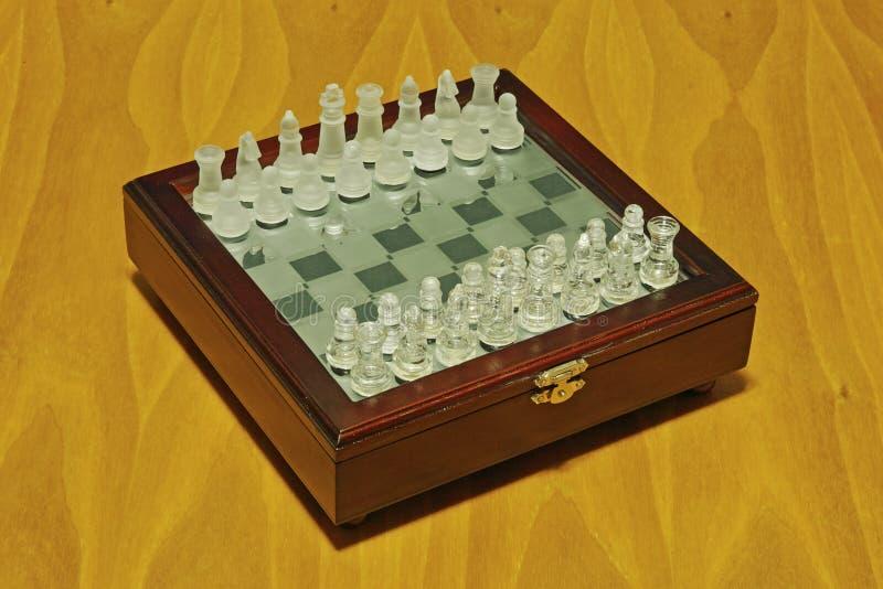 Schaakbord met glasstukken royalty-vrije stock afbeeldingen
