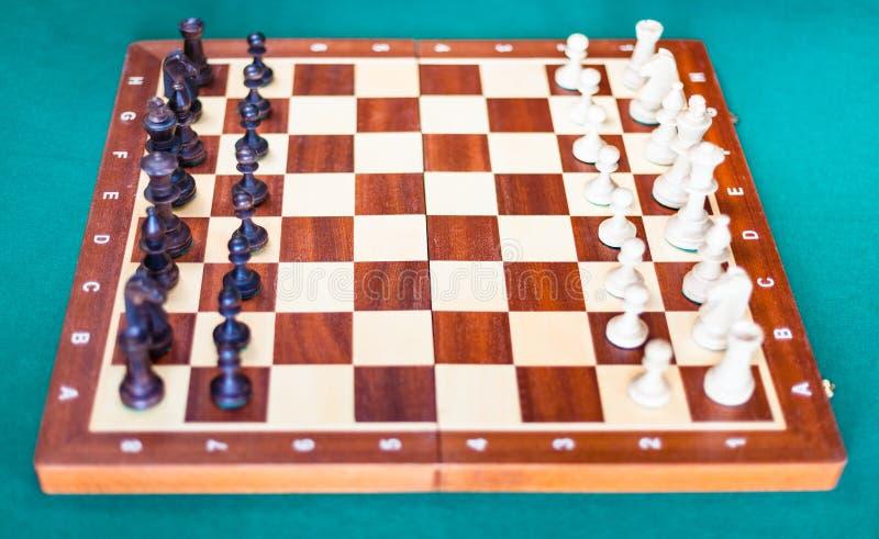 Schaakbord met schaakstukken in beginnende positie stock fotografie