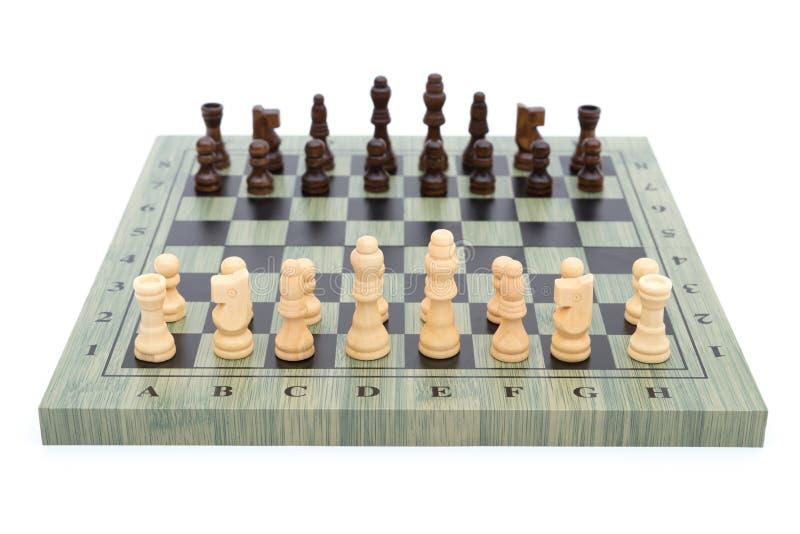 Schaakraad met schaakstukken op wit stock fotografie