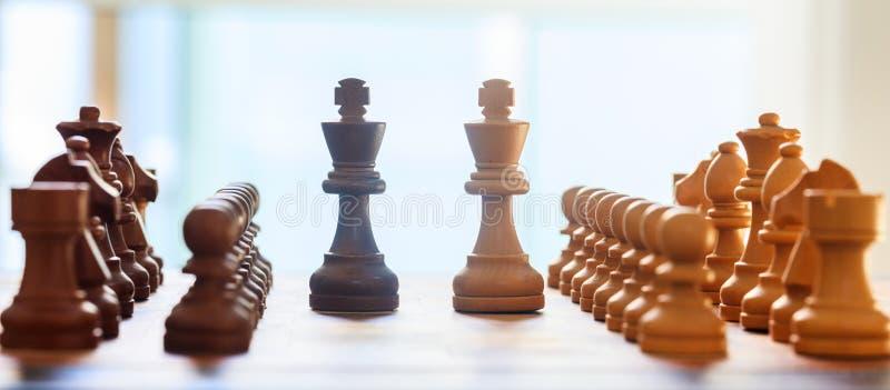 Schaakraad vaag met schaakstukken op het Sluit omhoog mening met details, witte achtergrond stock foto