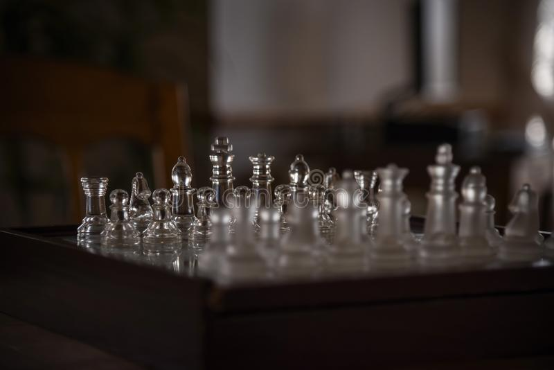 schaakspel met glasstukken in licht royalty-vrije stock foto's