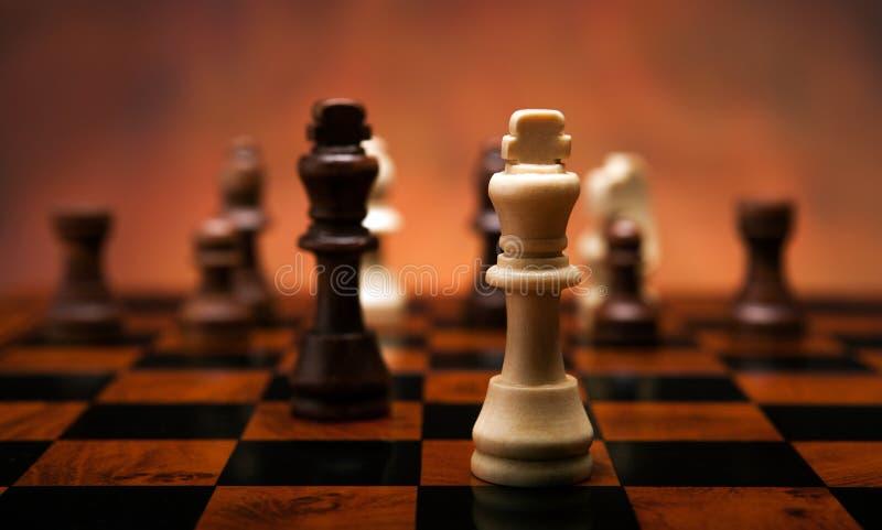 Schaakspel met stukken op de lijst royalty-vrije stock afbeeldingen