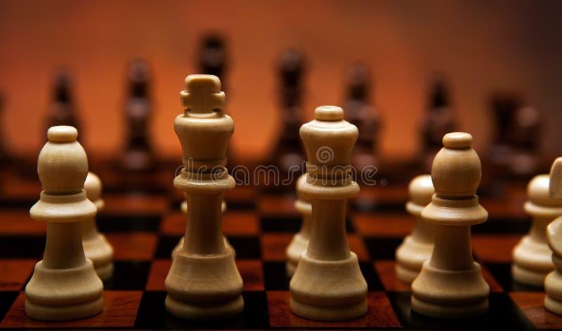 Schaakspel met stukken op de raad royalty-vrije stock afbeelding