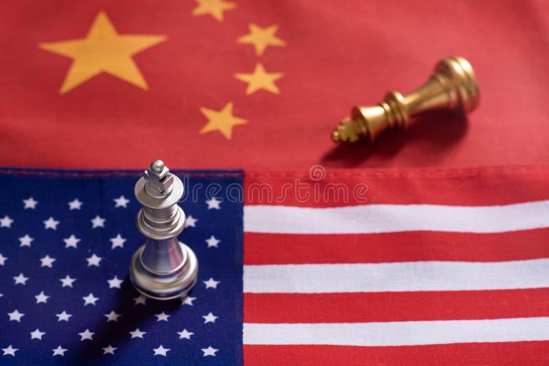 Schaakspel, ??n koningstribune als winnaar over andere op de nationale vlaggen van China en van de V.S. Het Concept van de handel royalty-vrije stock afbeeldingen