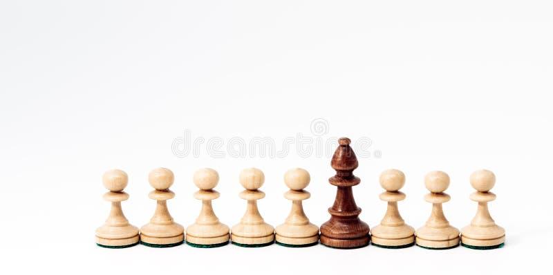 Schaakstukken in concept de concurrentie of diversiteit stock afbeeldingen