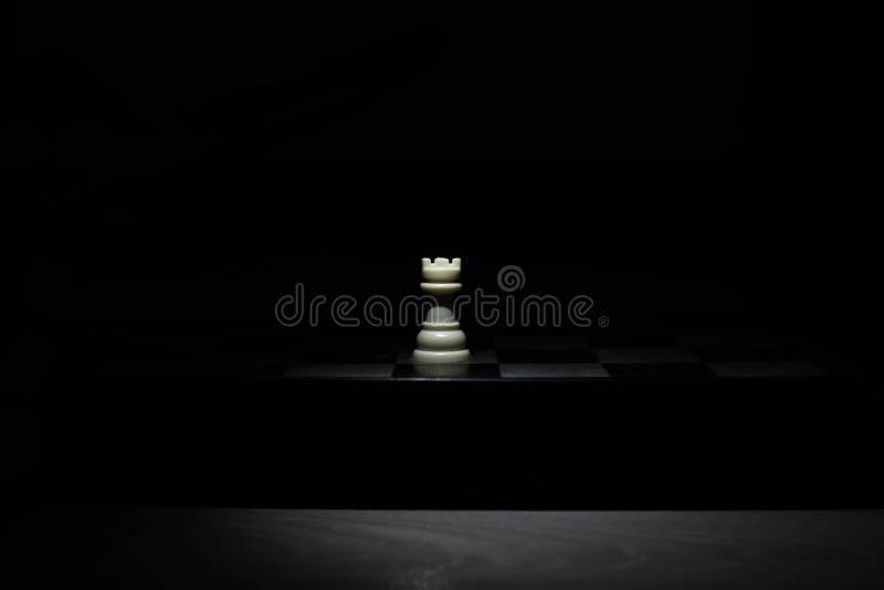 Schaakstukken onder het licht in dark royalty-vrije stock afbeelding