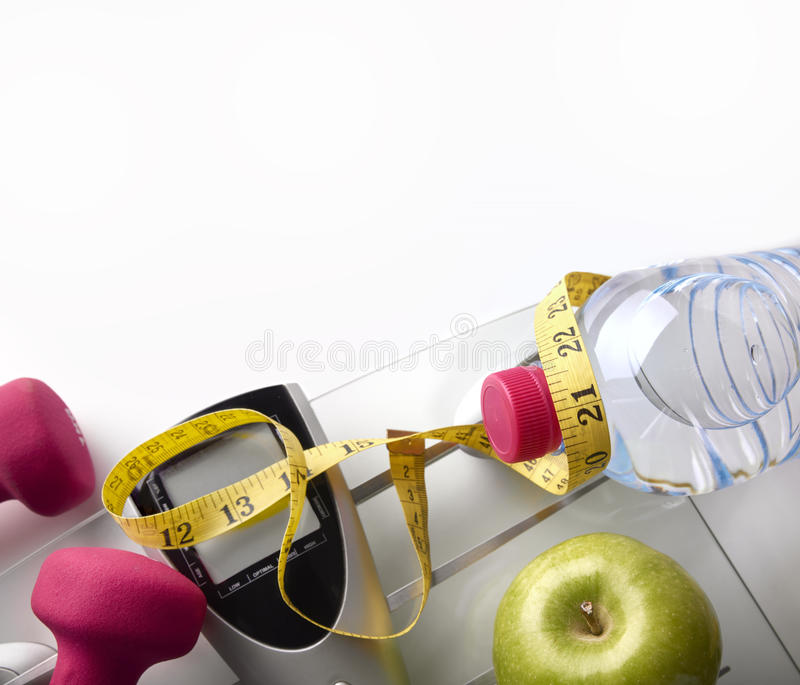 Schaal met de appel van de domorenfles en meetlintbovenkant royalty-vrije stock foto