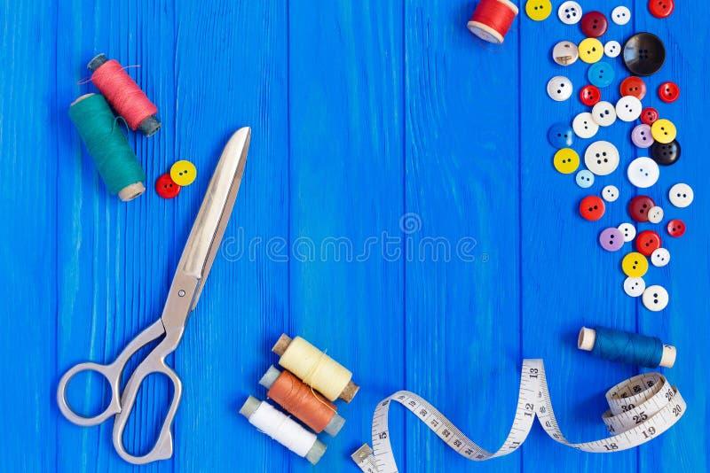 Schaar, die band, knopen, spoelen meten van draden op helder stock afbeeldingen