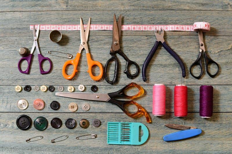 Schaar, draad, knopen en naalden voor het naaien stock fotografie