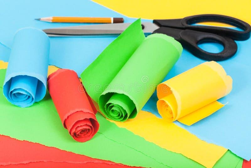 Schaar, potlood en gerold kleurendocument stock fotografie