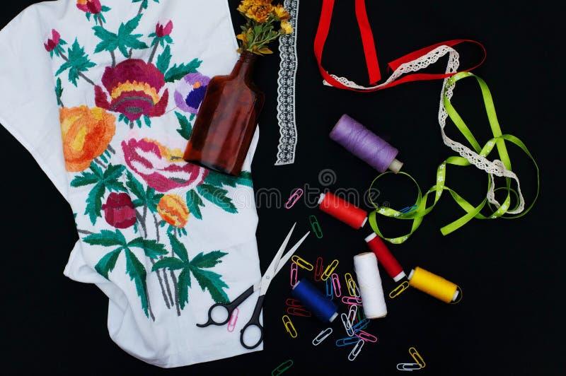Schaar, spoelen met draad Reeks gekleurde draden in de spoel met schaar Naaiende uitrusting Naaiende toebehoren: schaar, band, royalty-vrije stock foto