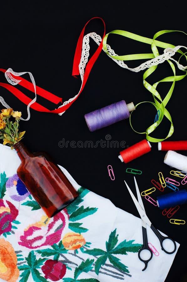 Schaar, spoelen met draad Reeks gekleurde draden in de spoel met schaar Naaiende uitrusting Naaiende toebehoren: schaar, band, stock foto's