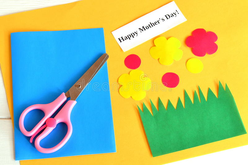 Schaar, voor kaart, document wordt de geplaatst bloeit, woorden Gelukkige mother& die x27; s dag - jonge geitjesdocument ambachte stock afbeeldingen