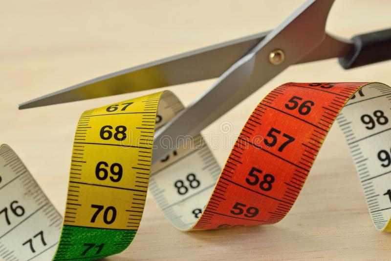 Schaarknipsel die band meten - Concept het op dieet zijn en vermageringsdieet stock foto's