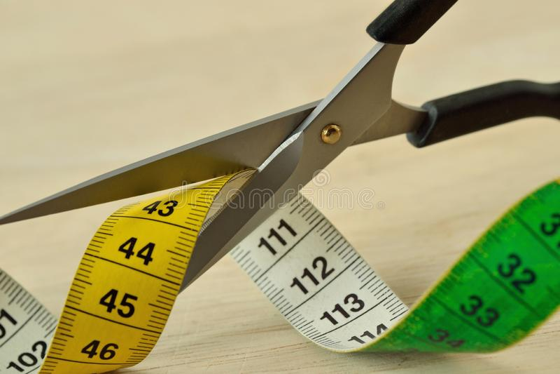 Schaarknipsel die band meten - Concept het op dieet zijn en vermageringsdieet stock afbeeldingen