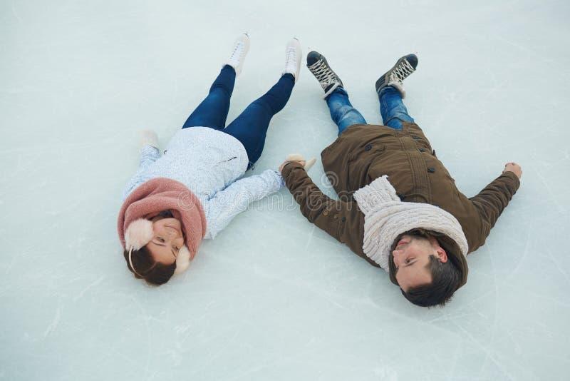Schaatsers op ijs stock foto