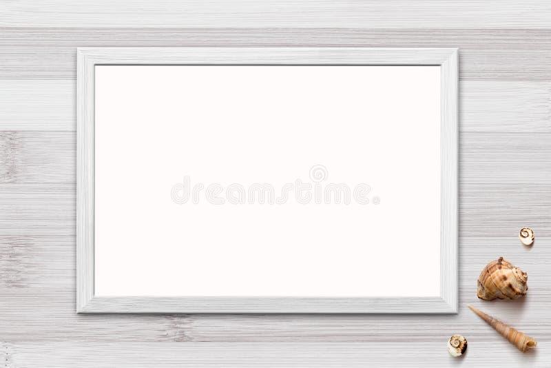 Schablone des leeren Plakats im Holzrahmen auf rustikalem hölzernem Hintergrund mit Muscheln stockbilder